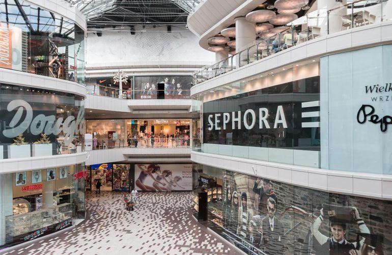 ¿Qué centros comerciales y cines hay cerca de la residencia Montepríncipe?
